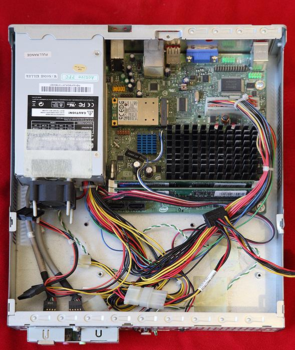 Старый вариант сервера с Intel D510MO в полуразобранном состоянии